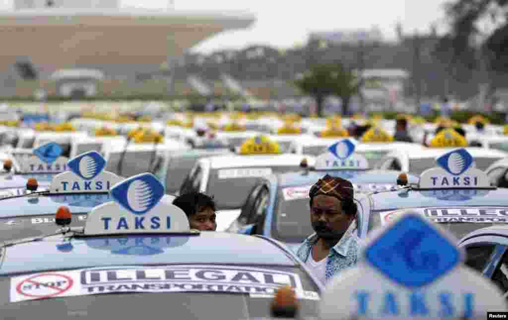 Taxistas protestam em Jakarta na Indonésia, contra serviços alternativos de taxis .