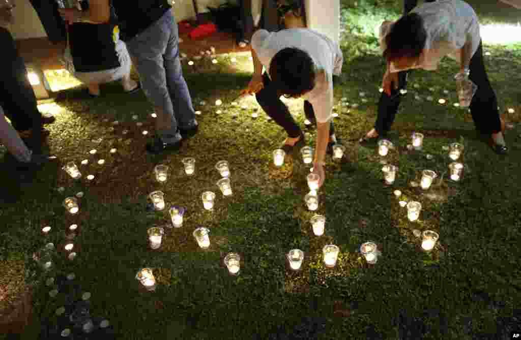 Người dân Singapore thắp nến cầu nguyện cho ông Lý Quang Diệu một câu lạc bộ cộng đồng địa phương, ngày 23/3/2015.