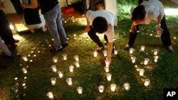 Ciudadanos de Singapur despiden al fundador del país con velas.
