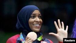 美国击剑运动员穆罕默德在里约奥运会上获得佩剑铜牌。(资料图片)