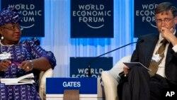 Attajirin nan na Amurka Bill Gates da Ministar Kudin Nijeriya Ngozi Iweala a wani zama na yaki da cutar Kanjamau.