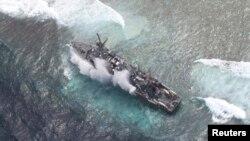 Kapal Angkatan Laut AS, USS Guardian, di perairan Filipina.