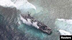 """搁浅在巴拉望省图巴塔哈群礁的美国海军扫雷舰""""护卫者号""""。(2013年1月19日资料照)"""