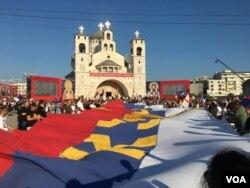Nekoliko hiljada vjernika i pristalica Srpske pravoslavne crkve okupilo se ispred Hrama Hristovog vaskrsenja u Podgorici kako bi prisustvovali liturgiji uoči ustoličenja mitropolita crnogorskog-primorskog u Cetinjskom manastiru, 4. septembra 2021. (Foto: Predrag Milić, VoA)