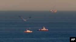 Tàu cứu hộ tìm kiếm các mảnh vỡ từ hai chiếc máy bay gặp nạn ngoài khơi cảng Los Angeles, 5/2/2016.