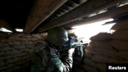 Seorang pejuang Kurdi bersiap di posisinya dalam pertempuran melon ISIS di Mosul, Irak Utara (21/1).