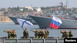 25일 러시아 해군이 '해군의 날'을 앞두고 크림반도에서 군사 행진을 예행 연습하고 있다. (자료사진)