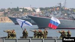俄罗斯海军士兵在克里米亚的塞瓦斯托波尔港为庆祝海军节进行彩排(资料照片)