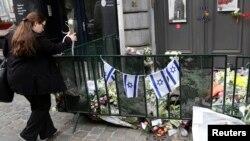 Dân chúng đến đặt hoa ở lối vào Viện Bảo tàng Do Thái ở Bussels, nơi một tay súng bắn chết 2 người Do Thái và một người Pháp