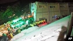 Nhân viên cứu hộ tìm kiếm người sống sót sau khi một tòa nhà bị sập ở Gyeongju, Nam Triều Tiên, 17/2/14