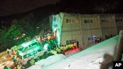 Petugas penyelamat mencari penyintas dari gedung yang roboh di Gyeongju, Korea Selatan (17/2). (AP/Yonhap, Lee Sang-hyun)