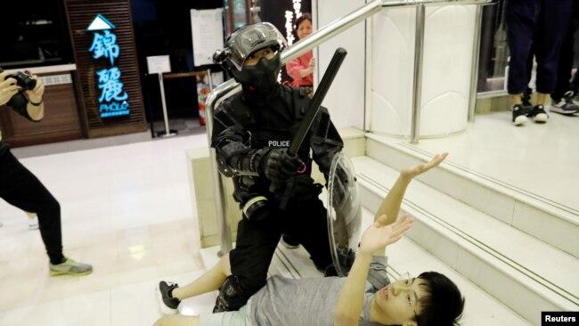 香港警察星期天(11月3)在大埔超级城拘捕一名示威者。路透社