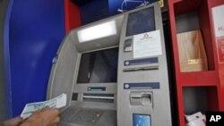 缅甸一名男子从自动取款机中取款