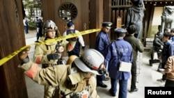 일본 도쿄의 야스쿠니 신사에 23일 폭발이 발생한 가운데, 경찰과 소방대가 남문 입구를 수색하고 있다.