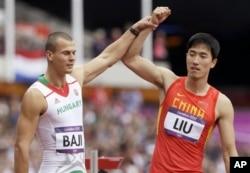 刘翔在比赛后和一位匈牙利选手举手示意
