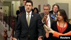 Paul Ryan conversa con los periodistas sobre la elección a la presidencia de la Cámara de Representantes prevista para el próximo jueves.