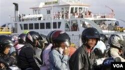 Para penumpang yang antri menunggu keberangkataan kapal Ferry di Ketapang, Gilimanuk, Bali saat mudik Lebaran. (Foto: Dok)