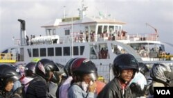 Para penumpang yang antri menunggu keberangkataan kapal ferry di Ketapang, Gilimanuk, Bali saat mudik lebaran (Foto: Dok).