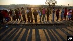 Người dân Nam Phi xếp hàng bỏ phiếu vào lúc hoàng hôn tại trạm bỏ phiếu ở thị trấn Alexandra của Johannesburg, 7/5/2014.