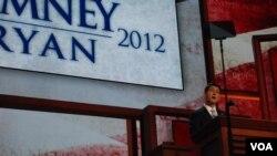 被共和党提名为总统候选人的瑞安8月29日在坦帕的共和党大会上发表演说(美国之音J. Featherly拍摄)