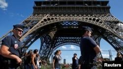 Поліція біля Ейфелевої вежі