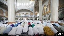 Нігерійські мусульмани моляться під час свята Ейд аль-Фітр в Абуджі