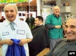 99岁的理发师(左)深受顾客热爱