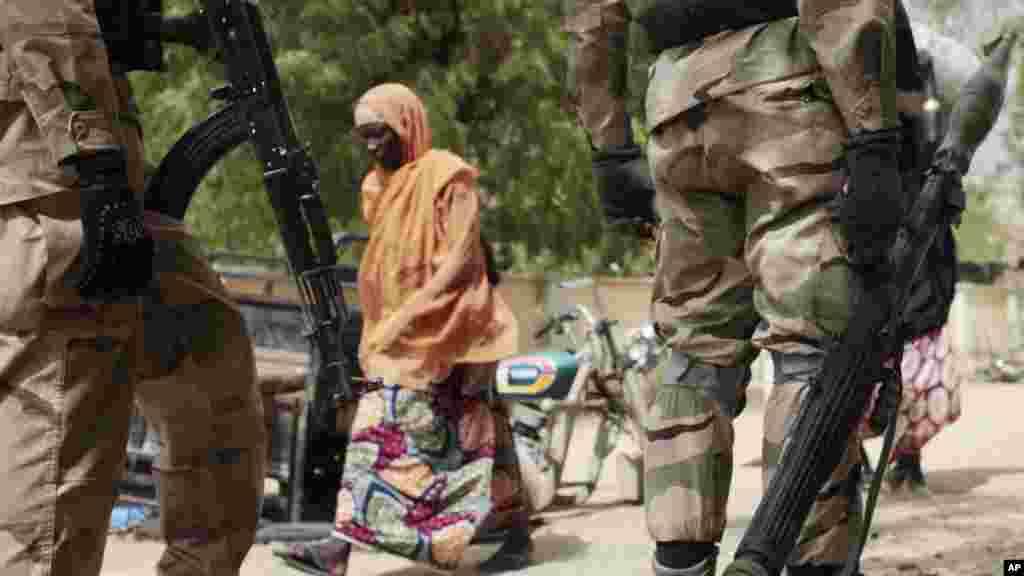 Sojin Najeriya a Gwoza, Garin da aka kwato daga hannun Boko Haram, Afirilu 8, 2015.