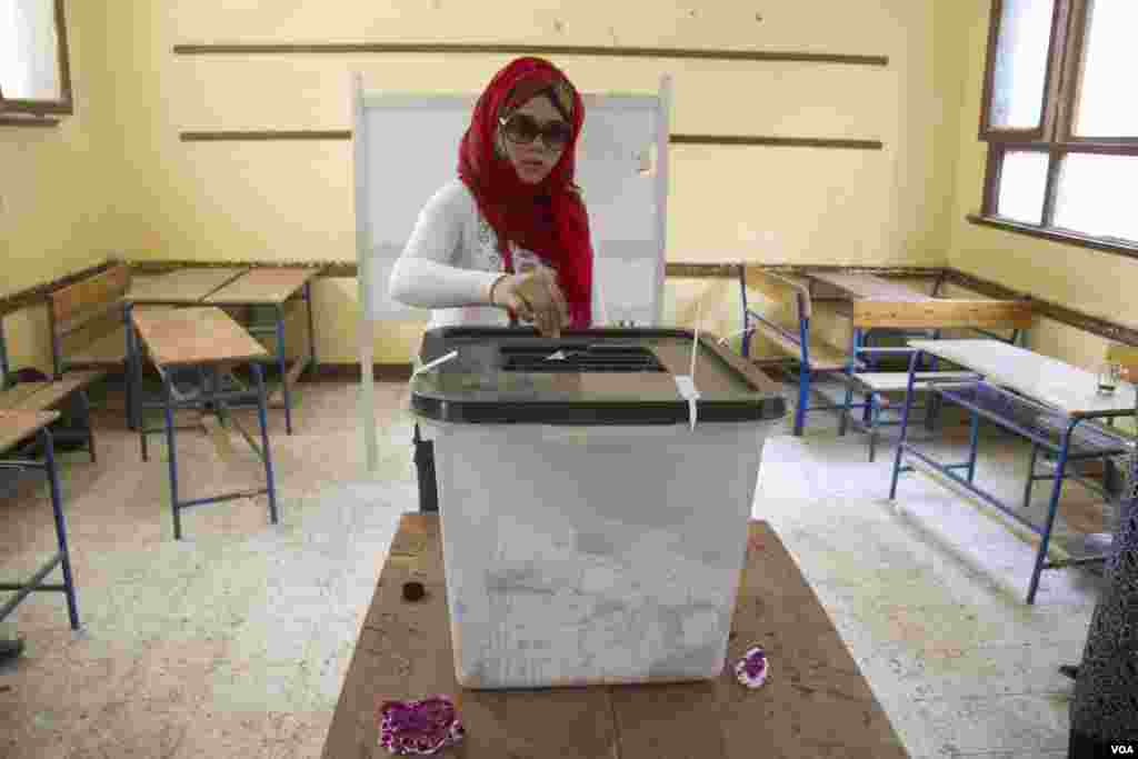 A woman votes in Cairo, May 27, 2014. (Hamada Elrasam /VOA)