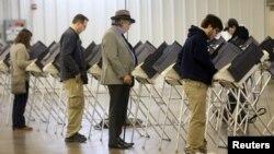 미국 대선 투표일일 8일 오하이오주 메디나의 투표소에서 유권자들이 투표를 하고 있다.