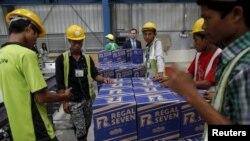 ရန္ကုန္တုိင္း၊ ေမွာ္ဘီၿမိဳ႕နယ္ထဲမွာ ေဆာက္ထားတဲ့ Heineken ဘီယာခ်က္စက္႐ံုအတြင္း အလုပ္သမားေတြ ထုတ္ပိုးေနပံု။ (ဇူလိုင္ ၁၂၊ ၂၀၁၅)