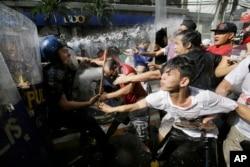 菲律宾抗议者试图游行到美国大使馆,同试图驱散他们的警察对峙(2017年11月12 日)