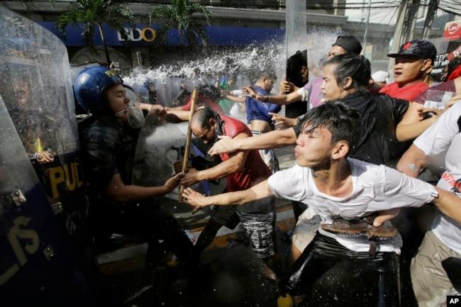 菲律宾抗议者试图游行到美国大使馆,以及试图驱散他们的警察对峙(2017年11月12 天)