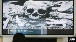 Dân Nam Triều Tiên xem tin tức trên truyền hình về vấn đề tù nhân Bắc Triều Tiên tại làng đình chiến Bàn Môn Ðiếm. Hiện có tới 200.000 tù nhân đang bị giam giữ trong các trại tù lao cải ở Bắc Triều Tiên