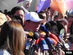 当选台北市长柯文哲接受媒体采访(美国之音许波拍摄)