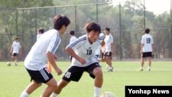 북한의 청소년 여자 축구 선수들이 연습하고 있는 사진을 지난 6월 조선중앙통신이 보도했다. (자료사진)