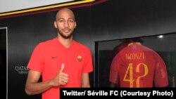 Steven Nzonzi lors de son transfert du Séville FC à l'AS Rome, le 15 août 2018. (Twitter/ Séville FC)
