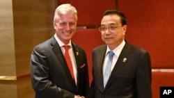 美國國家安全顧問奧布萊恩在2019年11月4日東盟會議期間與中國總理李克強握手。