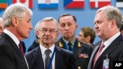 Чак Гейґел (л) і в.о. міністра оборони України Олександр Олійник у Брюсселі 27 лютого