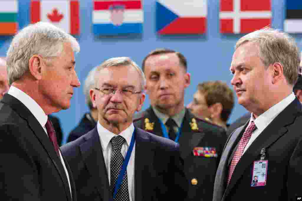 U.S. Secretary of Defense Chuck Hagel talks with Ukraine's acting Defense Minister Oleksandr Oliinyk prior to a meeting of NATO defense ministers and the NATO-Ukraine Commission in Brussels,Feb. 27, 2014.