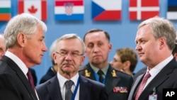 ABD Savunma Bakanı Chuck Hagel, NATO toplantısında Ukrayna Savunma Bakanı Vekili Oleksandr Oliynyk'le bir araya geldi.