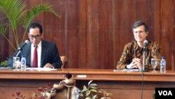 Duta Besar Amerika Serikat untuk Indonesia Robert O'Blake Jr (kanan) bersama Wakil Rektor Bidang Kerjasama dan Alumni UGM DR Paripurna Sugarda (VOA/Munarsih).