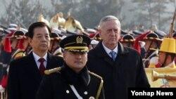 제임스 매티스(가운데 오른쪽) 미 국방장관이 3일 서울 용산 국방부 연병장에서 한국의 한민구 국방장관과 함께 의장대를 사열하고 있다.