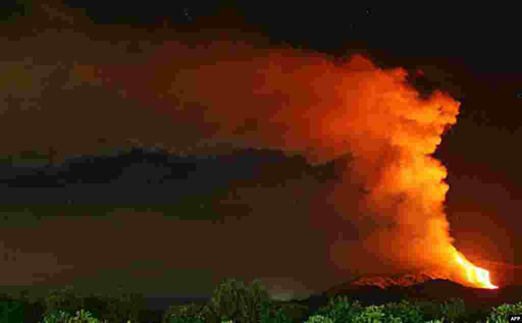 12 Ocak: Sicilya'daki Etna yanardağı yeniden faaliyete geçti. (Carmelo Imbesi/AP)