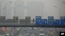 2012年6月6号北京高度空气污染的一天一个行人穿过一条主要公路上的天桥
