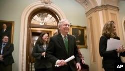 Lãnh đạo Đa số Thượng viện Mỹ Mitch McConnell rời nghị trường sau khi loan báo thỏa thuận ngân sách hai năm tại điện Capitol, ở Washington, ngày 7 tháng 2, 2018.