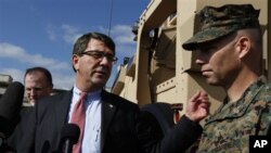 국방부 훈련장을 방문한 애슈턴 카터 미 국방부 부장관(가운데). (자료사진)