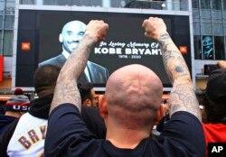 هزاران نفر از هواداران کوبی برایانت بازیکن مشهور بسکتبال آمریکا بعد از شنیدن خبر مرگ او، مقابل ورزشگاهی که او سالها در تیم لس آنجلس لیکرز بازی کرد، حضور یافتند.