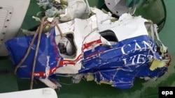 Hình ảnh mảnh vỡ của chiếc máy bay tuần thám CASA 212 8983 của cảnh sát biển Việt Nam.
