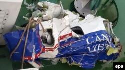Mảnh vỡ rúm ró, và biến dạng của chiếc máy bay tuần thám CASA 212 8983 của cảnh sát biển Việt Nam.